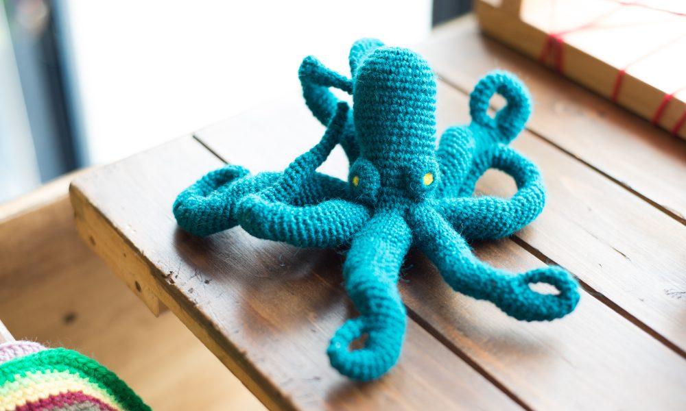 編み蛸ブローチ